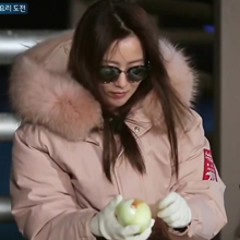 [그 옷 어디꺼] '섬총사' 김희선, 예능 여신의 트렌디한 핑크 패딩 어디꺼?