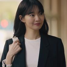 신민아, 봄 햇살 아래 빛나는 미모와 패션 '파리지엔느 감성 폭발'