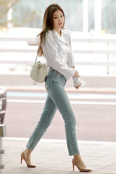 블랙핑크 제니, 러플 블라우스로 연출한 로맨틱한 청바지 패션 '사랑스러워'