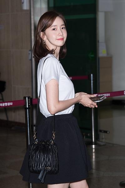 [패션엔 포토] 윤아, 청순미 가득한 블랙 앤 화이트 스쿨룩 '역시 한류여신'