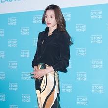 [패션엔 포토] 전지현, 펜슬 스커트로 멋낸 커리어 우먼룩 '궁극의 여성미'