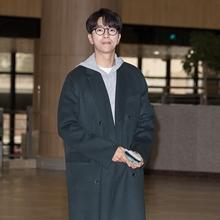[패션엔 포토] 윤현민, 뿔테 쓴 나무꾼! 여심 녹이는 훈훈한 남친룩