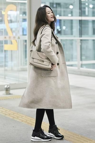 '둘째 임신' 김효진, 출국길 수놓은 우아한 멜란지 더블 코트룩