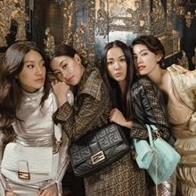 런웨이보다 빛나! 패션위크 사로잡는 패션 고수들의 '잇템' 11