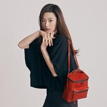 전지현, 우아한 봄날의 블랙 여신! 포인트는 '컬러풀한 핸드백'