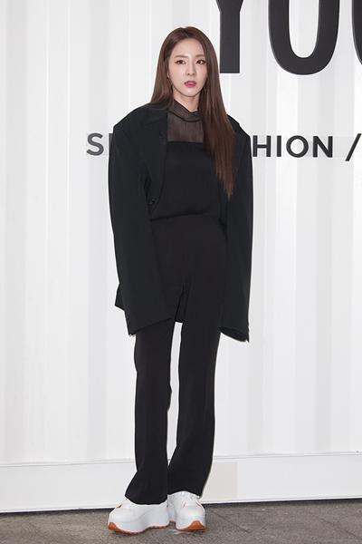 [패션엔 포토] 산라박·함은정·경리,  '육스X슈콤마보니' 아이코닉한 스니커즈룩
