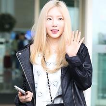 [패션엔 포토] 태연, 금발머리에 딱! 라이더 재킷으로 멋낸 프렌치 캐주얼룩